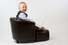 кожа компьтер-книжки стула младенца счастливая стоковое изображение