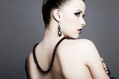 кожа красивейших ювелирных изделий девушки совершенная Стоковая Фотография