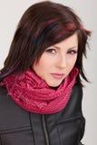 кожа куртки девушки брюнет Стоковая Фотография