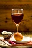 Козий сыр, груша и розовое вино Стоковые Фотографии RF
