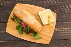 козочка сыра хлеба говядины багета вкусная зажгла toasted стейк шпината сандвича крена лука s Стоковые Фотографии RF