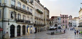 Коимбра, Португалия, 13-ое августа 2018: Придайте квадратную форму вызванному 8-ое мая расположенному в нижней части города внутр Стоковое Изображение RF