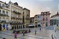 Коимбра, Португалия, 13-ое августа 2018: Придайте квадратную форму вызванному 8-ое мая расположенному в нижней части города внутр Стоковая Фотография