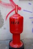 Кока-кола может на покрашенной стене Стоковая Фотография
