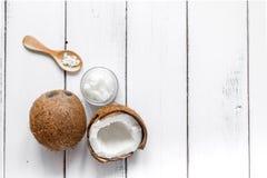 Кокосовое масло в косметической концепции на белом взгляде настольного компьютера Стоковая Фотография