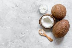 Кокосовое масло для заботы тела в косметической концепции на каменном столе Стоковое Фото