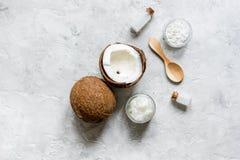 Кокосовое масло для заботы тела в косметической концепции на каменном столе Стоковое Изображение