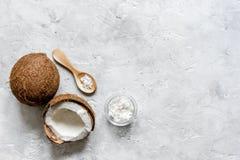 Кокосовое масло для заботы тела в косметической концепции на каменном столе Стоковые Изображения