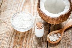 Кокосовое масло для заботы тела в косметической концепции на старом деревянном столе Стоковые Фото