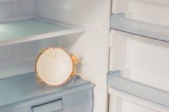 Кокос в холодильнике Преимущества концепции воды кокоса Стоковая Фотография