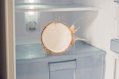 Кокос в холодильнике Преимущества концепции воды кокоса Стоковые Фото
