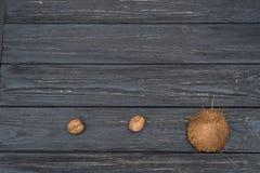 Кокос и грецкие орехи на деревянном столе Стоковое Изображение