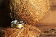 Кокос и обручальное кольцо, экзотическая церемония, творение семьи Стоковая Фотография