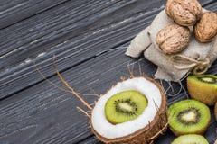 Кокос с молоком, грецким орехом и кивиом Стоковые Изображения RF
