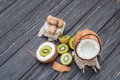 Кокос с молоком, грецким орехом и кивиом Стоковые Фотографии RF