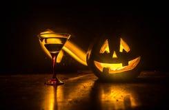 Коктеили апельсина тыквы хеллоуина питье праздничное Партия Halloween Смешная тыква с накаляя стеклом коктеиля на темноте тонизир иллюстрация вектора