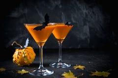 Коктеили апельсина тыквы хеллоуина питье праздничное Партия Halloween Тыква с украшениями праздника стоковое изображение