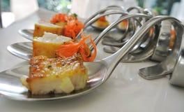 Коктеили, закуски, зажарили филе рыб на причудливых ложках стоковые изображения rf