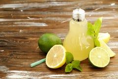 Коктеили лета здоровые не спиртные, цитрус настояли пить воды, лимонады с лимоном известки или апельсин, напитки вытрезвителя дие Стоковая Фотография RF