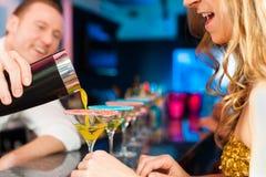 коктеилы клуба штанги выпивая людей стоковая фотография