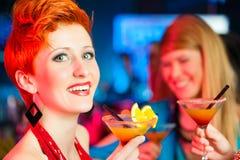 коктеилы клуба штанги выпивая людей стоковая фотография rf