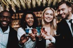 коктеилы радостно Chin-Chin Девушки и парни стоковое фото