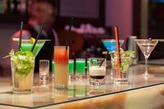 Коктеилы сервировки Barman стоковая фотография