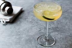 Коктеиль буравчика джина с известкой и задавленным льдом Стоковое Изображение