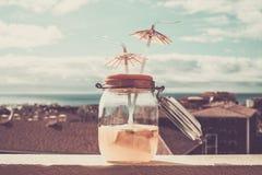Коктеиль в стиле старой бутылки винтажном на крыше с океаном Стоковые Изображения RF