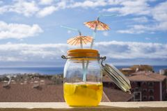 Коктеиль в стиле старой бутылки винтажном на крыше с океаном Стоковая Фотография RF