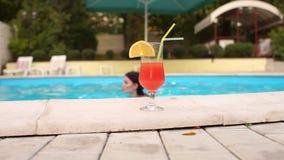 Коктеиль готовит бассейн в котором девушка плавает акции видеоматериалы