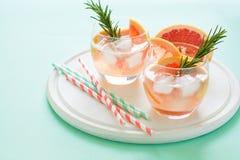 Коктеиль грейпфрута освежения с розмариновым маслом на белой деревянной доске Стоковое Фото