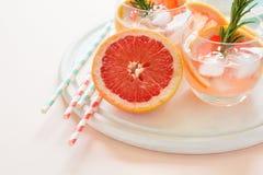 Коктеиль грейпфрута освежения с розмариновым маслом на белой деревянной доске Стоковая Фотография RF