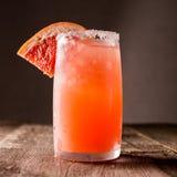 Коктеиль грейпфрута с льдом и солью на деревянной предпосылке 1 ром puerto ананаса pina партии молока 3 5 6 8 любой измерений дли Стоковые Фотографии RF
