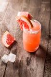 Коктеиль грейпфрута с льдом и солью на деревянной предпосылке 1 ром puerto ананаса pina партии молока 3 5 6 8 любой измерений дли Стоковое Изображение
