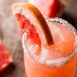 Коктеиль грейпфрута с льдом и солью на деревянной предпосылке 1 ром puerto ананаса pina партии молока 3 5 6 8 любой измерений дли Стоковая Фотография