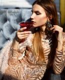 Коктеиль Мартини питья женщины красный космополитический сидя в кафе ресторана Стоковые Изображения