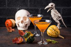 Коктеиль Мартини тыквы питья Halloweens стоковые изображения