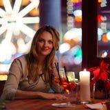 Коктеиль молодой женщины drining в ресторане Стоковая Фотография RF