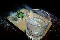 Коктеиль на деревянной стойке с куском свежей мяты и лимона стоковое фото
