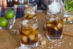 Коктеиль на счетчике бара, ром, коктеиль рома, лить спирт стоковое изображение