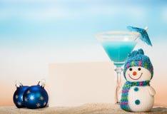 Коктеиль с зонтиком, снеговиком, пустой карточкой и шариками рождества Стоковые Изображения RF