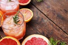 Коктеиль с кусками грейпфрута на предпосылке бирюзы Грейпфрут Мартини Стоковое Изображение