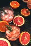 Коктеиль с кусками грейпфрута на предпосылке бирюзы Грейпфрут Мартини Стоковое Изображение RF