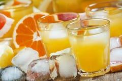 Коктеиль с соком цитруса, водочкой и льдом, селективным фокусом стоковое фото rf