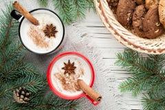 Коктеиль Eggnog в кружке аранжировал с украшением рождества и co Стоковая Фотография
