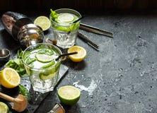 Коктеиль Mojito с известкой и мятой в стекле highball на каменной таблице Питье делая инструменты и ингридиенты для коктеиля Стоковое Фото