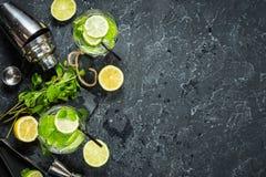 Коктеиль Mojito с известкой и мятой в стекле highball на каменной таблице Питье делая инструменты и ингридиенты для коктеиля скоп Стоковые Изображения RF