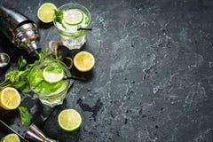 Коктеиль Mojito с известкой и мятой в стекле highball на каменной таблице Питье делая инструменты и ингридиенты для коктеиля скоп Стоковая Фотография RF