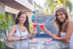 2 коктеиля питья девушек Стоковое Фото